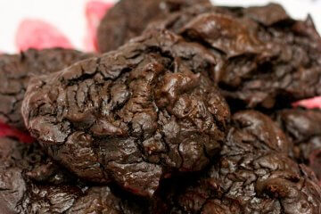 These decadent keto chocolate cookies taste so rich and amazing that you'd never guess they're actually GOOD for you!